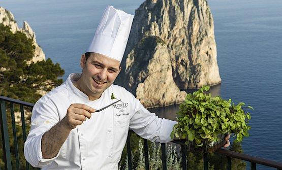 Luigi Lionetti davanti ai faraglioni di Capri. È