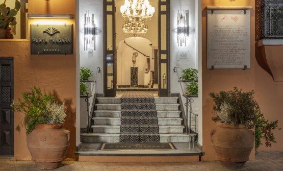 L'entrata. Una targa ricorda come la struttura abbia ospitato, tra gli altri, anche Dwight D. Eisehnower e Winston Churchill