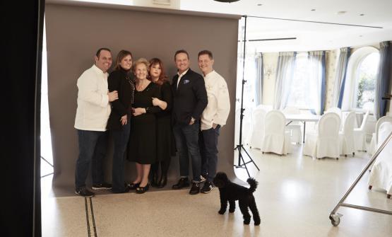 La famiglia Cerea posa davanti alla macchine fotog