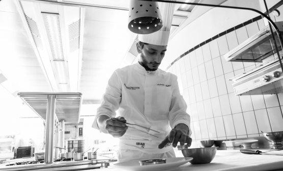 Lo chef al lavoro nella cucina del suo Quattro Passi