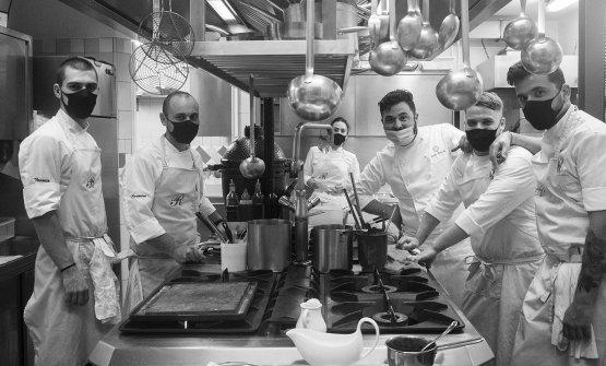 La brigata del ristorante Romano in cucina