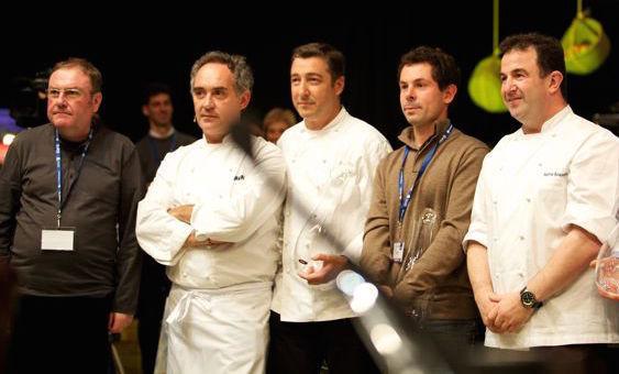 A sinistra, Rafa Garcia Santos, critico e fondatore del primo congresso di cucina del mondo, Lo Mejor de la Gastronomia (prima edizione, 1999). Accanto a lui si riconoscono Ferran Adrià, Joan Roca, il francese Pascal Barbot eMartín Berasategui