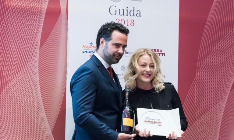 Carlo Boschi, responsabile Veuve Clicquot Italia, premia Ramona Ragaini come Migliore donna sommelier per la Guida Identità Golose 2018