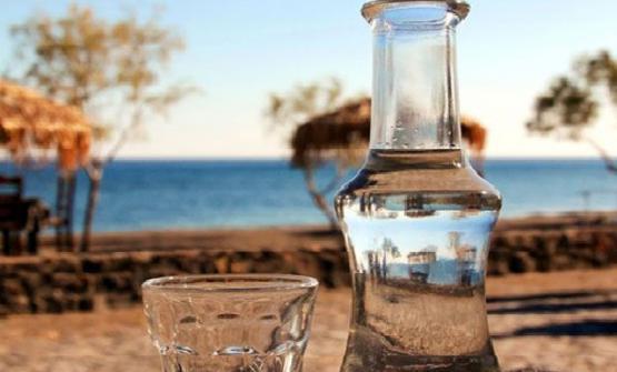 Raki, acquavite di vinacce, simbolo alcolico dell'isola