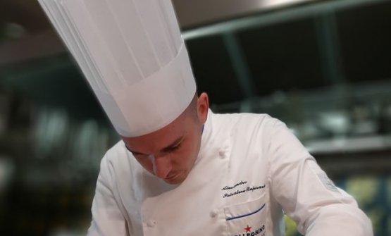 Lo chef al lavoro nelle cucine del suo Casa Rapisarda