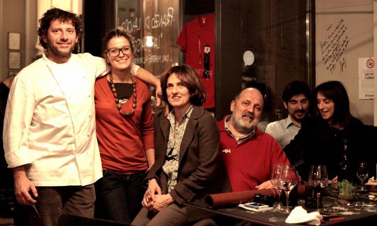 """Nella foto scattata da il 18 marzo 2013, Cesare Battisti, Paolo Marchi e consorti. E' la prima cena da """"professionista"""" di Daniela Cicioni, autrice dello scatto"""