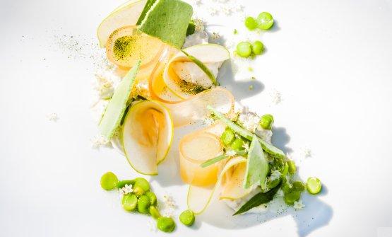 Raviggiolo ai fiori di sambuco e piselli, con gel di mele, centrifugato di mela verde, sponge di piselli e spinacio, germogli di piselli
