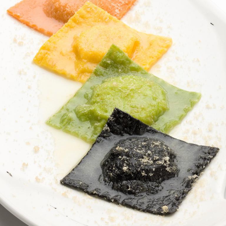 Degustazione Di Ravioli Di Mare Con Bottarga Di Pesce Persico