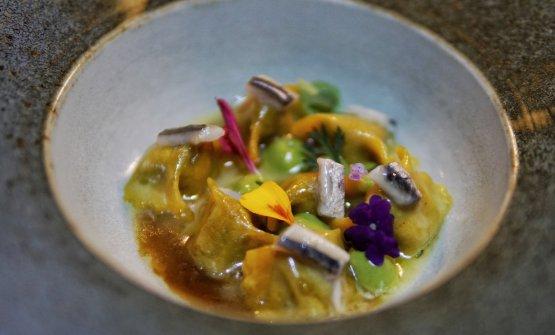 Raviolini ripieni di lingua accompagnati da fondo di vitello, salsa verde, alici marinate e fiori edibili del giardino della Tenuta Le Tre Virtù