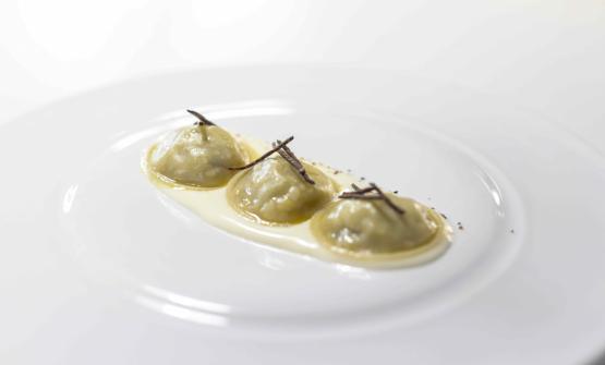 """Raviolo con patata, tartufo, pesteda e formaggio Casera """"La Fiorida"""""""