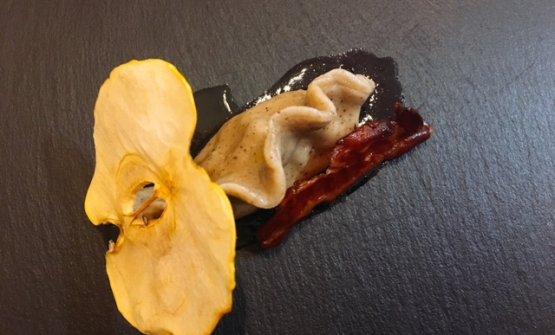 Raviolo al caffè di Rosa Camuna, mele, cannella e riduzione di vino rosso