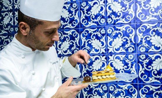 Lorenzo Cuomo, classe 1980, è chef (formato prima comepasticcere) del Re Maurì di Salerno.