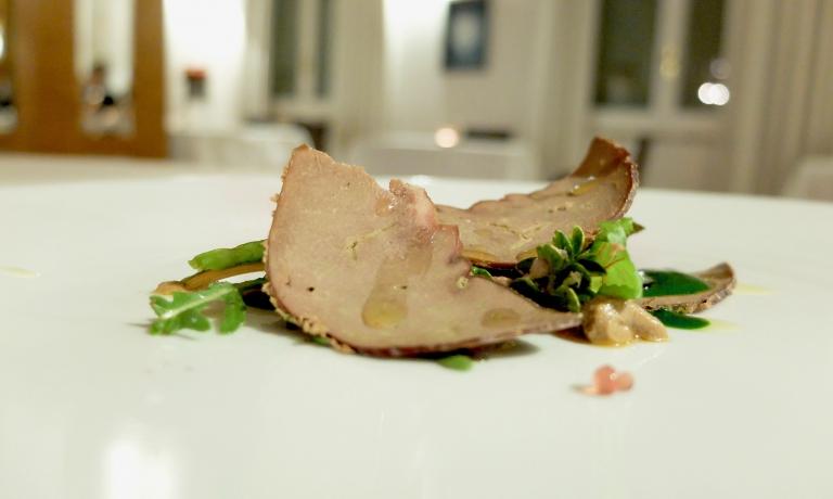 Coratella, bottarga di fegato di agnello e insalatina all'aceto di rapa, diErrico Recanati dell'Andreina di Loreto (Ancona)