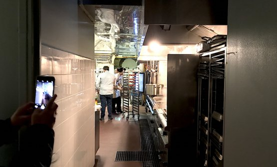 Le anguste cucine del Refettorio parigino
