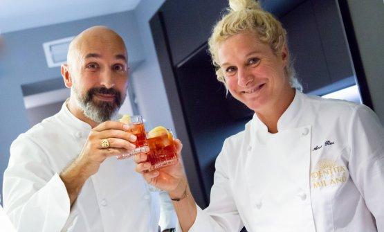 La chef slovenaAna Roš brinda con Andrea Ribaldone