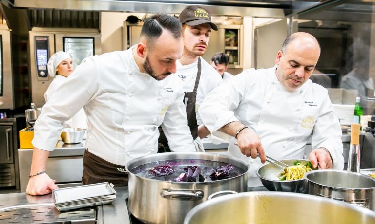 Alfonso Caputo prepara i suoi celeberrimi Spaghetti alla Nerano sotto lo sguardo attento di Alessandro Rinaldi