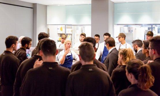 Ana Rošnel briefing con il personale di sala e cucina dell'Hub