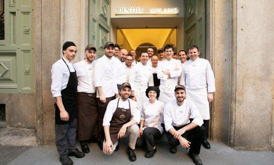 Foto di gruppo con la brigata di Identità Golose Milano