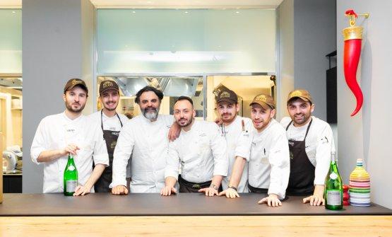 Foto di gruppo con la brigata di cucina
