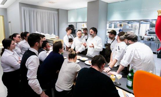 Il meeting prima del servizio con il personale di cucina e di sala