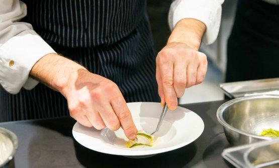 Le mani di Antonio Guida preparano il suo antipasto
