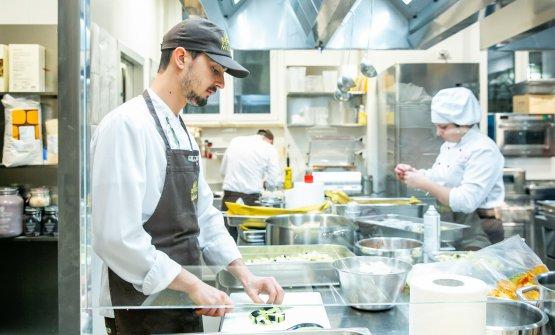 Traverso nella cucina dell'Hub di via Romagnosi