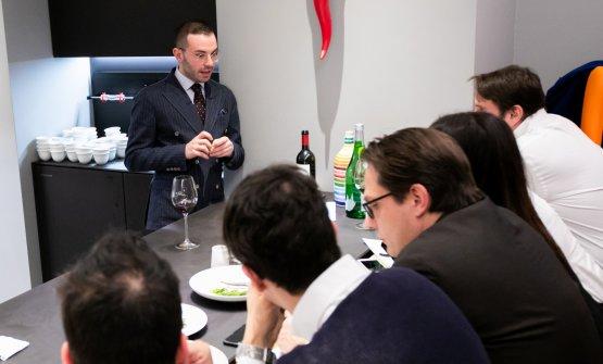 Il maitre de I Due Camini aBorgo Egnazia, Nicola Loiodice, parla alla brigata di sala di Identità Golose Milano