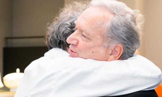 Bottura abbraccia Clément Vachon,direttore Comunicazione e International Relations per Sanpellegrino
