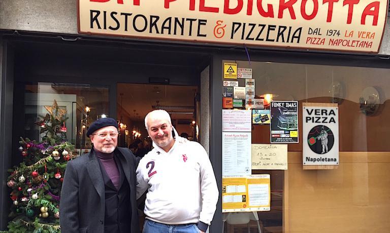 Roberto Restelli sulla porta d'ingresso del ristorante-pizzeria Piedigrotta in pieno centro di Varese, via Gian Domenico Romagnosi 9, telefono +39.0332.287983. Con lui Antonello Cioffi, il titolare di un locale davvero insolito e brillante