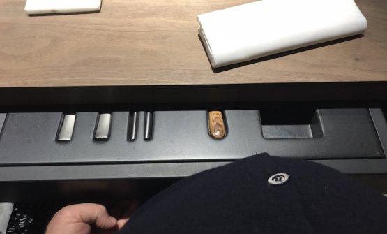 Posate e tovagliolo si trovano in un cassetto sotto al tavolo. Purtroppo è una soluzione molto scomoda