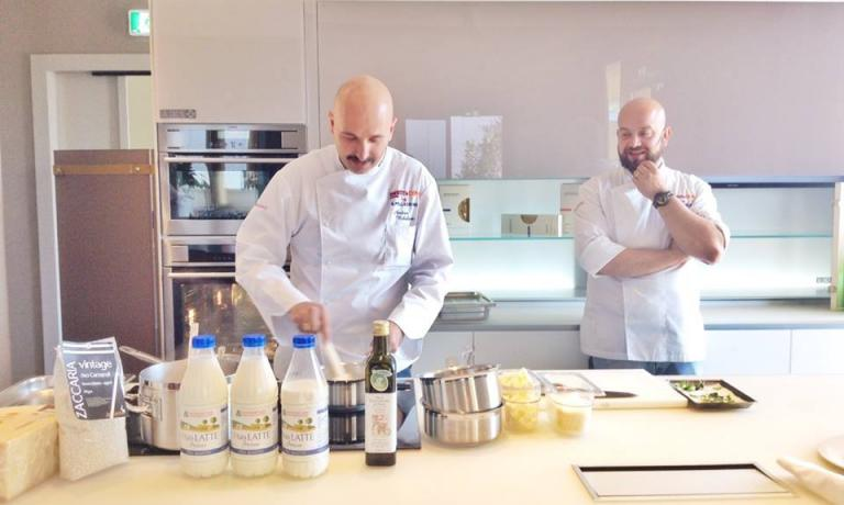 Andrea Ribaldone e il sous chef de I Due BuoiDomenico Schingaro, alle prese con lo studio delle ricette al latte