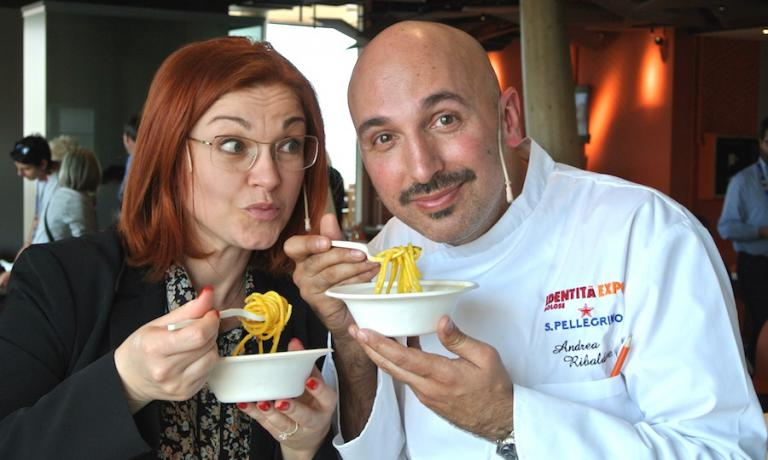 Eleonora Cozzella e Andrea Ribaldone si godono un piatto di Spaghetti MIlano al termine della lezioni a Identità Expo