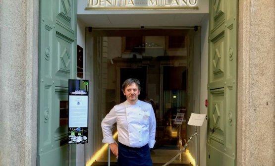 Riccardo Agostini, chef e patron del Piastrino a Pennabilli (Rimini), sul portone di Identità Golose Milano nel giugno 2020