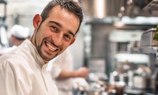 Riccardo Bertolino, chef nato a Bologna, da quasi quindici anni in giro per il mondo con il suo lavoro. Londra, Parigi (era nella brigata a Le Meurice con Alléno quando conquistò la terza stella), New York, Singapore e infine Montréal: da sei anni è l'executive chef della Maison Boulud, creazione del cuoco e imprenditore francese Daniel Boulud, con cui Bertolino lavora dal 2008. E' stato scelto per accompagnare alla finalissima del S.Pellegrino Young Chef 2018 il concorrente canadese