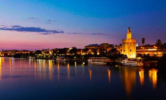 Una vista notturna di Siviglia: prima tappa dell&#