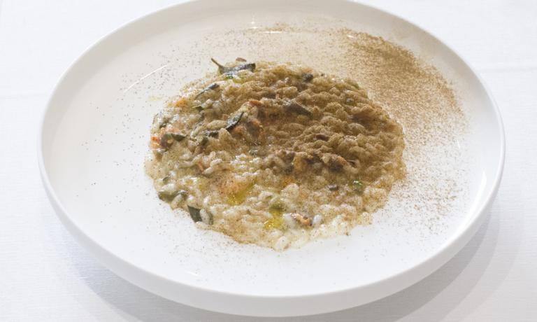 Il Risotto capperi e cozze di Pino Cuttaia, chef del ristorante La Madia di Licata (Agrigento), 2 stelle Michelin. Riprende un connubio della tradizione campana, le cozze scoppiate, e lo elabora a modo suo(foto di Rossana Brancato)