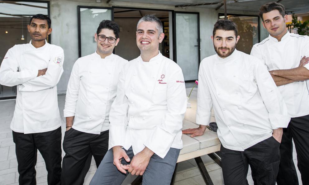I ragazzi del ristorante Al Metro di San Salvo. Al centro, lo chef Nicola Fossaceca