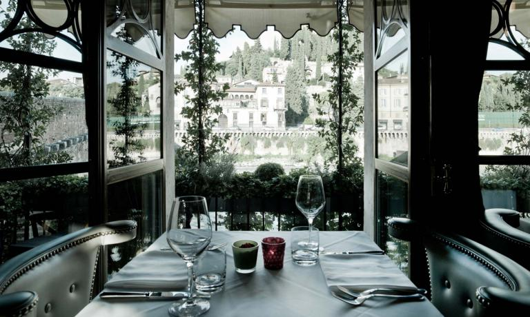 La splendida vista che si gode da uno dei tavoli d