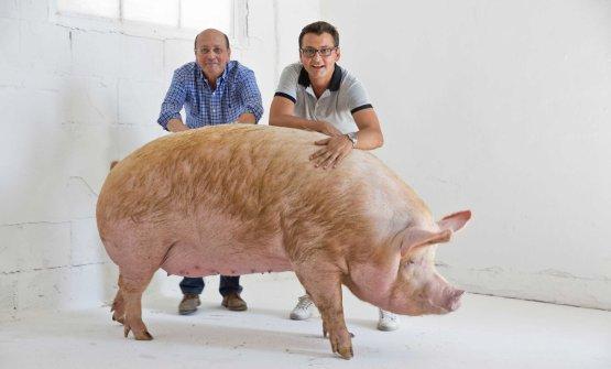 Giuseppe e Stefano Bettella, padre e figlio: insieme hanno sviluppato la produzione di salumi della famiglia (tutte le foto sono di Davide Dutto)