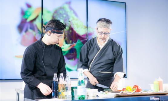 Roberto Okabe, a destra