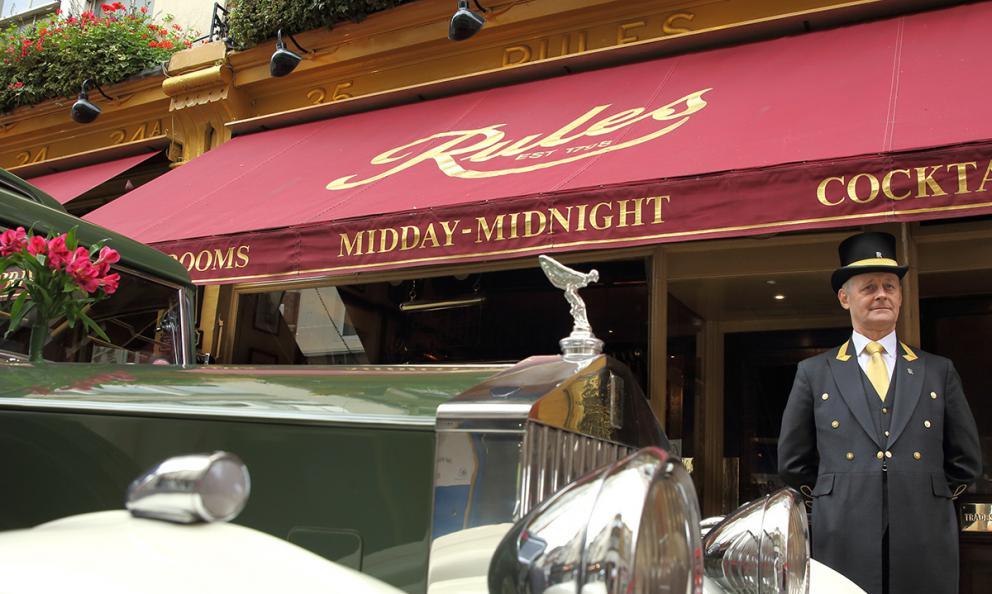 Rolls Royce e doorman, combo classico londinese all'uscio del ristorante Rules, aperto nel 1798. Londra è sempre una delle capitali mondiali della ristorazione, ci racconta il cronistaTokyo Cervigni, ivi residente da tempo