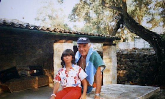 Rolly Marchi nel giardino di casa a Paxos, luglio 1986. Con lui Giorgia Pezza, figlia di amici trentini in vacanza sull'isola