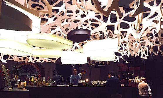 Il bar all'ingresso di Romeo con le luci che ricordano quelle del vecchio Romeo a Prati
