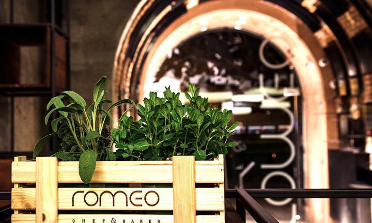 L'ingresso delRomeo Chef & BakerdiCristina BowermaneFabio Spada, un concept cui appartiene anche la pizzeria Giulietta