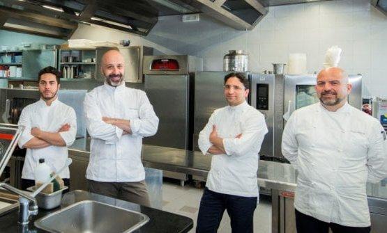 Al centro, Niko Romito e il suo resident chef a Pechino Claudio Catino (secondo da destra)