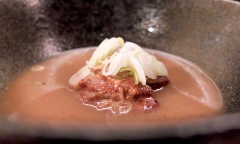 Cervella di vitello fondenti, ricci di mare, tonkotsu e cipollotto, diEugenio Roncoronide Al Mercato di Milano