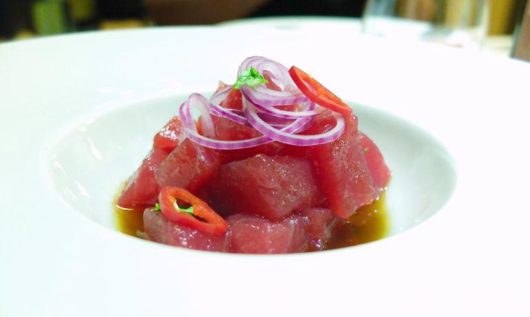 Tonno rosso con cipolla di Tropeacon peperoncino esoia: straordinario piatto dell'Agorà a Rende