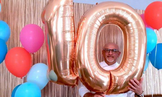 Claudio Sadlermentre festeggia i 10 compleanni della sua trattoria moderna