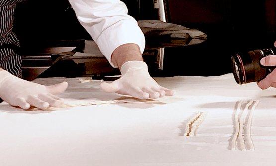 Antonio Guida prepara le Sagne 'ncannulate nella cucina del Seta a Milano