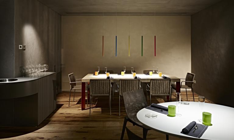 """Grande cura è stata dedicata al design della sala, che ogni sera diventa un """"palco"""" su cui salgono sia i commensali che lo chef e la sua brigata"""